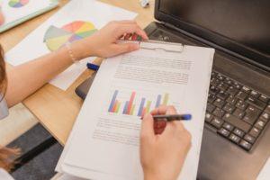 IMG-crop-woman-accounting-data